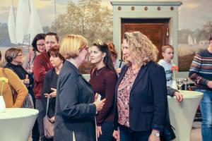 Bezirksbürgermeisterin Angelika Schöttler (links) beim Empfang der Gäste. Rechts: Landrätin Bettina Dickes. Foto: Bezirksamt Tempelhof-Schöneberg