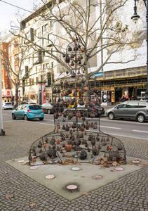 """Skulptur """"Glockenklang"""", die von der mongolischen Künstlerin Odmaa Uranchimeg unter der Beteiligung von über 130Kindern der Jugendkunstschule Charlottenburg-Wilmersdorf."""