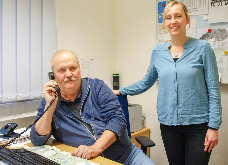 Cathleen Mendle-Annuschkewitz vom Bezirksamt Steglitz-Zehlendorf und Günter Maxelon am Seniorentelefon.
