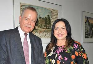 Schulleiter Michael Rudolph und Senatorin Dilek Kalayci.