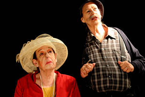 Claire Zachanassian (Marion Friebo) und Alfred Ill (Petra Thamm) im Konradsweili Wald. Foto: JoSchwanewilms