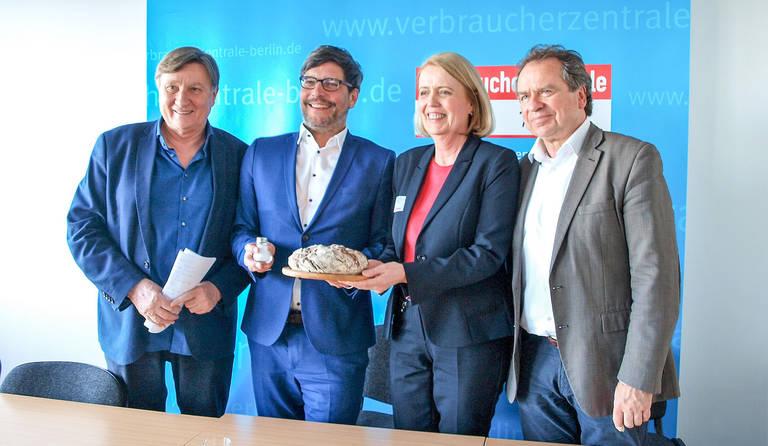 (v.l.n.r.) Ulli Zelle, Senator Dr.Dirk Behrendt, Dörte Elß und Reiner Wild.