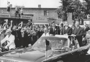 John F. Kennedy bei seinem Berlin-Besuch, Hauptstraße, Schöneberg, 1963. Foto Manfred Burtz,  Museen Tempelhof-Schöneberg