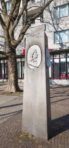 Kurfürstin Luise Henriette und Kurfürst Friedrich-Wilhelm auf der Stele am Henriettenplatz.