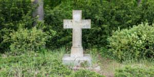 Gedenkkreuz für Ludwig von Hinckeldey im Volkspark Jungfernheide, angrenzend an die A111.