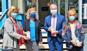 Mit Maske v.l.n.r.: Bezirksbürgermeisterin Richter-Kotowski, Geschäftsinhaberin Alexandra Knauer, CDU-Fraktionsvorsitzender Dregger und Firmengründerin Roswitha Knauer
