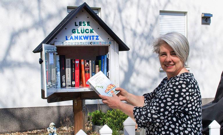 Tanja Huttner und Leseglück-Lankwitz halten Bücher in Bewegung.