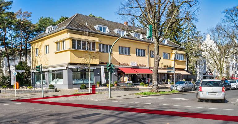Breisgauer Straße Ecke Matterhornstraße: Wo früher die Commerzbank war, sind nun mehrere Geschäfte.  Die rote Linie zeigt den ungefähren Verlauf des Tunnels.