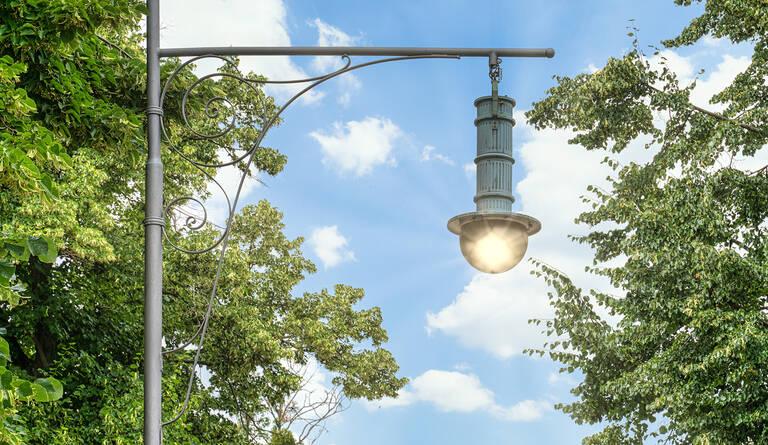 Diese historische Bogenleuchte wurde 1989 in Lankwitz aufgestellt. Anfang des 20. Jahrhunderts erhellte u. a. dieser Leuchtentyp die Lankwitzer Straßen.