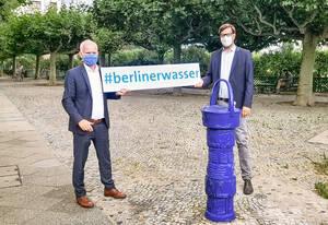 Jens Feddern (Leiter der Wasserversorgung bei den Berliner Wasserbetrieben) und Christian Hochgrebe (SPD) bei der Eröffnung des Brunnens. Foto: Dr. Ann-Kathrin Biewener