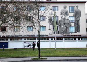 Familie im Notaufnahmelager – Geschichte, fest mit Marienfelde verbunden. Illustration: Oliver Schulz / Bezirksamt Tempelhof-Schöneberg