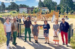Maren Schellenberg (3. von rechts) bei der Eröffnung des neuen Spielplatzes. Foto: Bezirksamt Steglitz-Zehlendorf