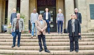 Die Gründungsmitglieder des Partnerschaftsvereins auf der Freitreppe des Rathauses Schöneberg. Foto: Dagmar Lipper