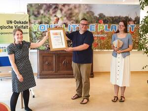 Laudatorin Franziska Brychcy, MdA, (L.) und Nikolas und Kathrin Bramke, Gründer von Your Little Planet. Foto: YLP