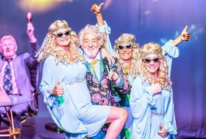 Egal ob als lieber Gott oder Theaterintendant: Dieter Hallervorden lässt auch mit 85 die Puppen tanzen.  Foto DERDEHMEL/Urbschat und Knut Koops