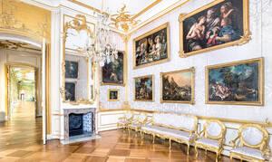 Zweite Friedrich-Wohnung im Neuen Flügel: Raumansicht der Gris-de-Lin-Kammer mit neuer Gemäldehängung. Foto: Franca Wohlt / SPSG