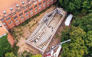 Blick auf den Rohbau des Besucherzentrums, Mitte Oktober 2020. Foto: Aleksandra Polyakova für heneghan peng architects