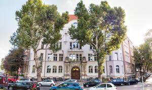 Die Volkshochschule in Schöneberg am Barbarossaplatz.