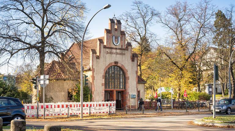 Der U-Bahnhof Podbielskiallee in der gleichnamigen Straße.