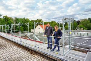Schulstadträtin Heike Schmitt-Schmelz besichtigt die Arbeiten an der neuen Sporthalle. Foto: Tebling / Bezirksamt Charlottenburg-Wilmersdorf
