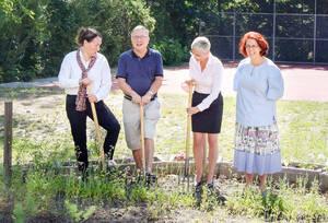 """Mit den neuen """"Sporks"""" (Edelstahl-Gartenwerkzeugen) geht Gartenarbeit in der Pestalozzi-Schule nochmal so gut. Foto: BüstiST.-Z."""