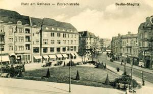 Ein kleiner, dreieckiger Platz als Zierde vor dem Rathaus - der noch namenlose Platz, ca. um 1900. Sammlung Jörg Becker