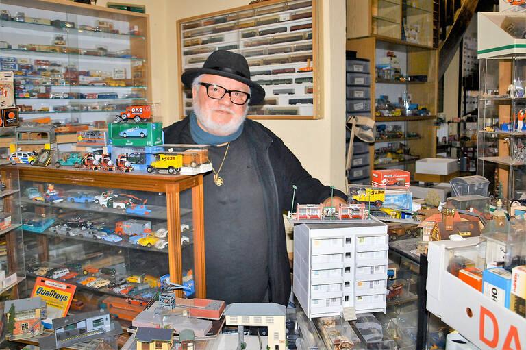 Helu Hercygier in seinem Modellspielwaren-Geschäft in Friedenau. Foto: Jacqueline Lorenz