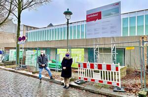 Bezirksbürgermeisterin Richter-Kotowski und Schulleiter Matthias Meyer bei der Besichtigung des Baus. Foto: Bezirksamt Steglitz-Zehlendorf
