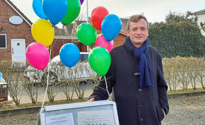 Ralf Obluda-Kruber: Gestern am Schreibtisch des Sozialamtes im Bezirksamt Steglitz-Zehlendorf (Foto privat), heute im Bürgermeister-Wahlkampf auf Sylt.