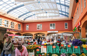 """Der """"alte"""" Ferdinandmarkt mit seinen Ständen war belebt und beliebt. Neue Baupläne sehen erneut Marktstände vor."""