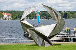 """Skulptur """"Schwingend"""": Kunst mit Durchblick auf den Wannsee."""