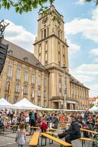 Impressionen vom Nachbarschaftsfest 2019 und Zukunftsmusik: Am 7.August soll am Rathaus Schöneberg wieder gefeiert werden.