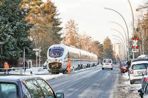 """Ein ICE in Lichterfelde: DB-Versuchszug fährt auf der Berliner """"Goerzbahn"""". Foto: Deutsche Bahn AG / VolkerEmersleben"""