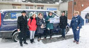 Bei eisiger Kälte wurde der symbolische Spendenscheck am 8.Februar an die Kältehilfe der Berliner Stadtmission übergeben. Foto: Alloheim