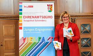Bezirksbürgermeisterin Angelika Schöttler präsentiert die Neuauflage der Ehrenamtsbroschüre. Foto: Bezirksamt Tempelhof-Schöneberg