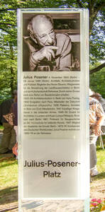 Der nach Julius Posener benannte Platz wurde 2004 zum 100.Geburtstag von Nikolassee eingeweiht.