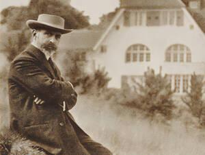 Hermann Muthesius vor seinem Wohnhaus.