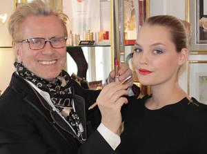 Model Lola liebt rot. Foto: Dieter Stadler