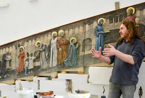 Thomas Lucker vor dem von ihm geschaffenen Steinrelief in der St.Marien-Kirche.