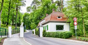 """Die Straße """"Am Löwentor"""" führte früher zum Don Bosco-Heim, heute befinden sich Wohnhäuser auf dem Gelände."""