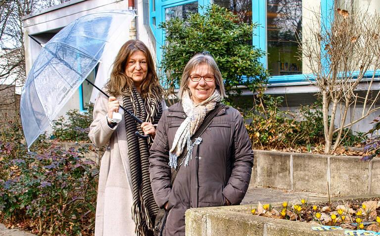 Nadja Gragert-Klier und Dagmar Giesecke stehen für das ideenreiche Team der Bezirkszentralbibliothek im Eva-Maria-Buch-Haus.