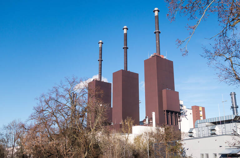 Noch stehen die drei Türme des Heizkraftwerks, die zur vertrauten Silhouette von Lichterfelde gehören.