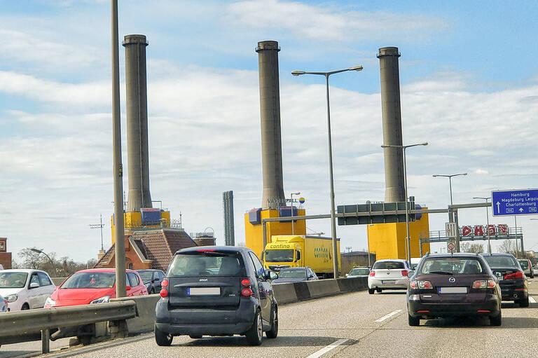 Die drei markanten Türme des Heizkraftwerks Wilmersdorf werden in diesem Sommer abgebaut.