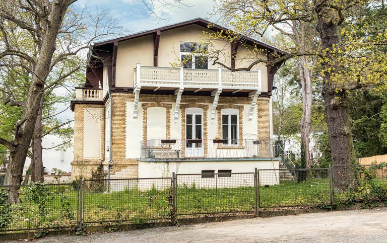 In der Straße Zum Löwen1 steht eines der letzten verbliebenen Sommerhäuser der Colonie Alsen.