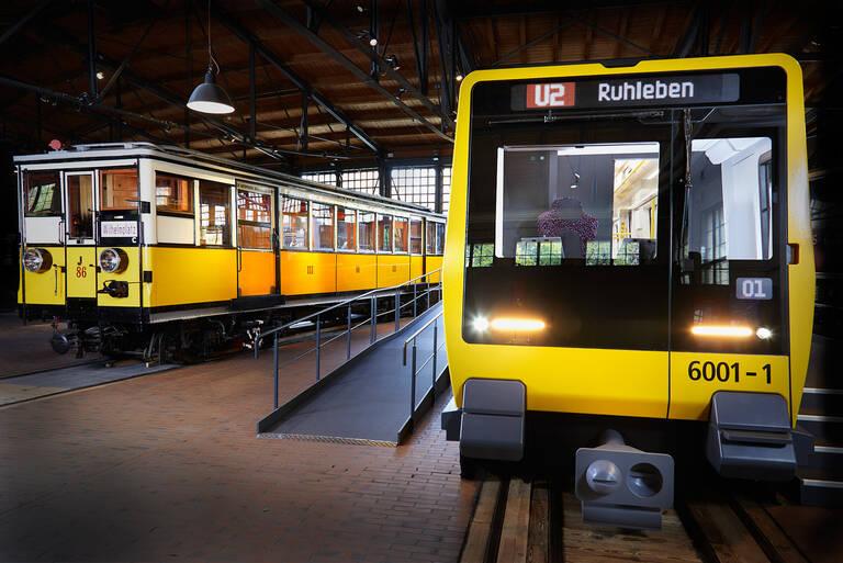 170Jahre U-Bahn Gleis an Gleis. Das Mock-up der neuen U-Bahnreihe JK (rechts) wird im historischen Lokschuppen des Museums direkt neben einem historischen Wagen aus dem Jahr 1908 präsentiert. Foto: Malte Scherf / SDTB