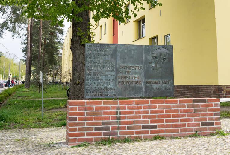 Gedenktafel für Bruno Taut an der Argentinischen Allee/Ecke Riemeisterstraße.
