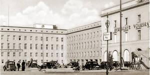Der Deutsche Volksrat im ehemaligen Gebäude des NS-Propagandaministeriums am Thälmannplatz, Berlin 1949. Foto: Schumann (Postkartendetail)