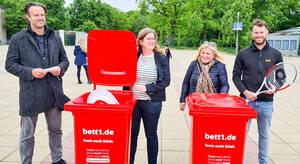 Sportstadträtin Heike Schmitt-Schmelz (2.v.l.) übergibt Tennistonnen an die Leitung der Schele-Schule und der Dietrich-Bonhoeffer-Grundschule. Foto: Brühl/BACHW