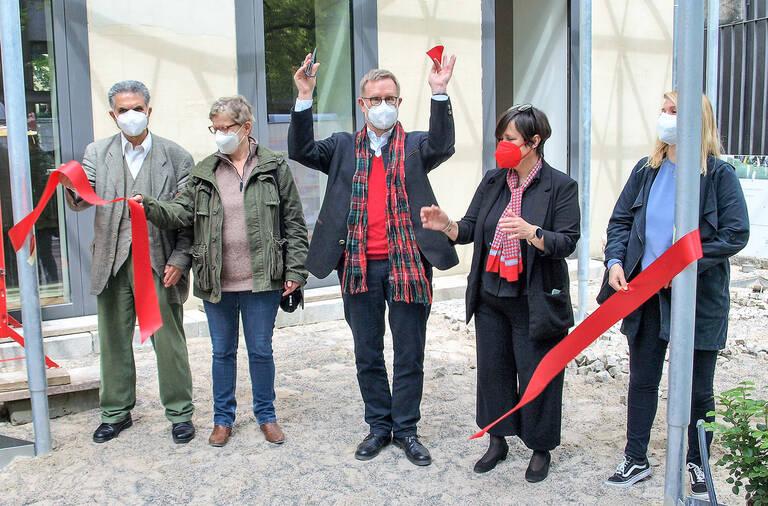 Freude bei Bezirksbürgermeister, BVV, Hausleitung und Abgeordnetenhaus: Das Pangea-Haus ist wiedereröffnet!