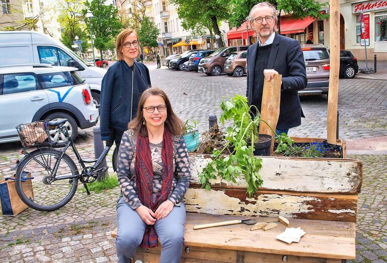Gudrun (sitzend), Gesine und Lutz, aktive Mitgründer der Nachbarschaftsinitiative: Sie sprechen an und mit, wo im Kiez Handlungsbedarf ist.